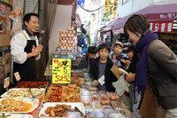 「キラキラ探偵団」では小学生が商店街を冒険=06年11月25日、東京・墨田区で(撮影:吉川忠行)