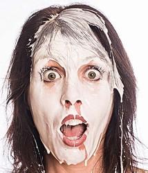 バストから白い液飛ばす女強盗、警察も「異常な犯罪」と驚き隠せず。