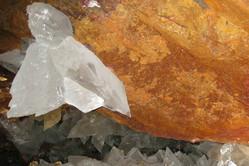 灼熱の地底の結晶の中で生き続けていた生物、NASAリサーチャーが発表
