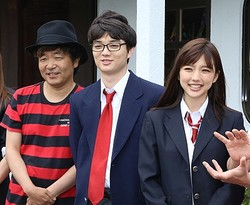 映画版でもパンチラさく裂! (左から)園子温監督、染谷将太、真野恵里菜