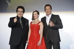 (左から)玄田哲章、エミリア・クラーク、アーノルド・シュワルツェネッガー