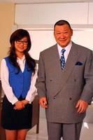 OLコスプレに挑戦した島谷ひとみと、上司役で共演したアニマル浜口氏