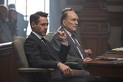 こんな弁護士、日本のドラマにもいたような……? - 映画『ジャッジ 裁かれる判事』より  - (c) 2014 VILLAGE ROADSHOW FILMS(BVI)LIMITED,WARNERBROS.ENTERTAINMENT INC.AND RATPAC-DUNE ENTERTAINMENT LLC