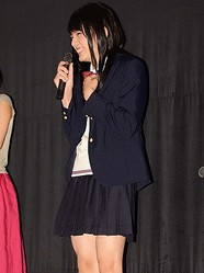 女子高生の制服姿で初日に臨んだ濱田龍臣