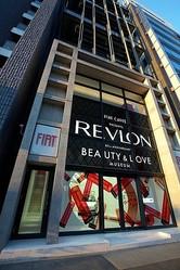 青山にREVLONの限定カフェがオープン 歴代の広告展示も