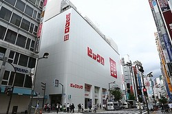 ユニクロ既存店、新年度初月次の売上高前年比割れ