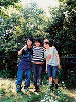 左より高橋久美子(ドラム)橋本絵莉子(ギター、ボーカル)、福岡晃子(ベース)