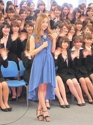 サマンサ入社式で板野友美がサプライズ 第3弾コラボバッグ披露