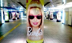 バービーのアパレルショップが復活 表参道駅を広告ジャック