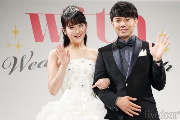 佐々木希と綾部祐二のカップル 「結婚会見のよう」と紹介し
