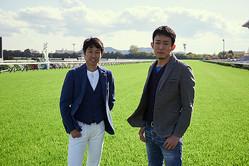 ファンキー加藤(右)を京都競馬場へ迎え入れた武豊(左)