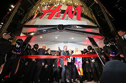 H&M世界最大店舗にガガ来店、タイムズスクエアが騒然