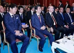 田中光敏監督、安倍晋三首相、レジェップ・タイイップ・エルドアン大統領(手前左から)