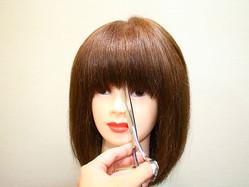 中央から切れば失敗しない!美容師が教える「セルフ前髪カット」のコツ