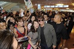 トム・クルーズ来日に黄色い声、羽田空港到着ロビーがトムコール一色。