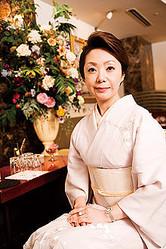 クラブ泉 ママ 高藤優子 1965年生まれ。23歳のときに千葉でホステスとして働き始める。子育てのため一時引退するが、32歳のときに六本木で復帰。銀座の他店を経て現在に至る。
