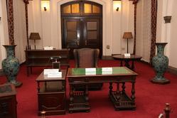 過去に実際に総裁が座っていた椅子