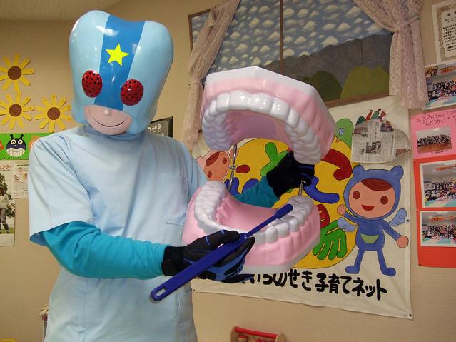 """健康な歯を守るため! 歯磨き戦士""""シカイダーマン""""登場!"""