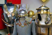 「武器屋」で販売されている模造武具の数々
