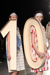 ミントデザインズ10周年のアーカイブドレスショー披露、11月よりオーダー受付も