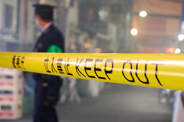 [画像] 「開けろやコラア!」コンクリ片で窓ガラスを叩き割る 京都府警「強行突入」映像に「どっちが犯人?」の声