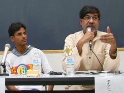 児童労働に反対する「グローバルマーチ」代表を務める活動家カイラシュ・サティヤルティさん(右)と、元児童労働者のスマン・クマール・マハト君(撮影:佐谷恭)