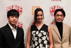 タイ映画界注目の話題作より主要キャストの2人とプーンプリヤ監督(一番右)