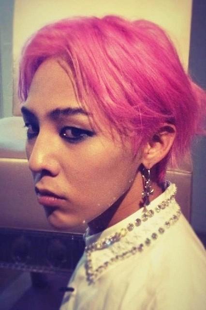 BIGBANGのG,DRAGON、ピンクの髪に強烈なスモーキーメイク