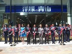 「洋服の青山」新宿西口に初出店 WORLD ORDERがゲリラダンス