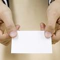 やってはいけない!名刺の渡し方4つ「名刺入れをお尻のポケットから出す」「テーブル越しの名刺交換」