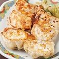 「焼き餃子(5個)」(460円)。焼き餃子、水餃子、揚げ餃子の3種から選べ、必ず1個おまけが付く(餃子のニューヨーク 立川店)