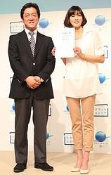 イベントに出席した三浦りさ子さん(右)とキリンMCダノンウォーターズ代表取締役副社長・白井宏治氏(左)
