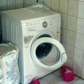 洗濯機で遊んでいた兄妹(画像はhurriyet.com.tr/gundem/のスクリーンショット)