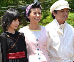左からキキ役の小芝風花、おソノ役の尾野真千子、フクオ役の山本浩司