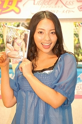 DVD「Angel Kiss〜裸足のマーメイド〜」をリリースした水崎綾女=東京・秋葉原の石丸電気SOFT1で
