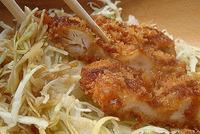 「チキンカツ丼(豚汁付)」800円(税込み)