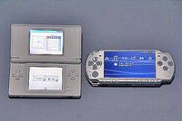 左がニンテンドーDS Lite、右がPSPの画面