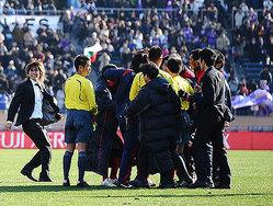 ゼロックス・スーパー杯の試合後、審判団につめよる鹿島の選手達<br>【photo by Kiminori SAWADA】