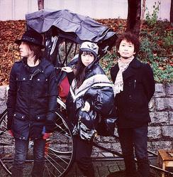 左から奥田俊作(ベース)、川瀬智子(ヴォーカル)、松井亮(ギター)