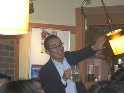 乾杯をしようと立つが、電灯が熱くて困る田端信太郎氏