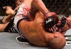 驚愕のフィニッシュは、BJのチョークでスティーブンソンの額から血がほとばしった・・・
