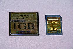 左がコンパクトフラッシュカード、右がSDメモリーカード