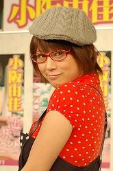 メガネ姿を披露した小阪由佳、度は入っていないという=東京・秋葉原の石丸電気SOFT2で