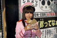 「段ボール肉まん」を手に持つ、毬琳のスタッフ