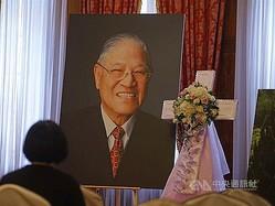 ペンキをかけられる李元総統の遺影。台北賓館の一室に設けられる「祈祷エリア」の中にある=資料写真
