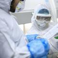 中国・湖北省武漢にある研究所で新型コロナウイルス感染の検査をした人々の検体を調べる職員(2020年2月6日撮影)。(c)STR / AFP