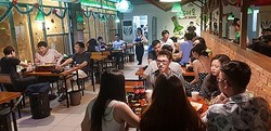 韓国焼酎を提供するベトナム・ハノイの居酒屋(ハイト真露提供)=(聯合ニュース)