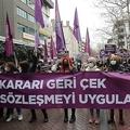 トルコ・イスタンブールで行われたイスタンブール条約からの脱退の撤回を求めるデモ(2021年3月20日撮影)。(c)Adem ALTAN / AFP