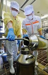バターの原料となる生クリームを容器に移し替える那須りんどう湖レイクビューの職員。気温が上がる5月は例年バターを製造しないが、今年は売れ行きが良く、週2回製造する(栃木県那須町で)