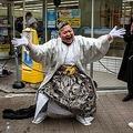 神奈川県横浜市で成人の日に、酒を飲んで踊る新成人(2021年1月11日撮影)。(c)Philip FONG / AFP